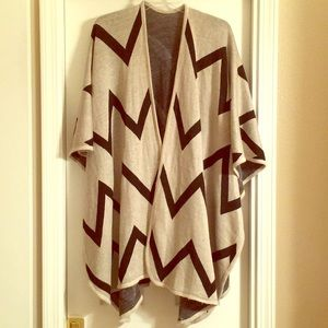 NWT One Size Rikka Cream and Black Geometric Shawl